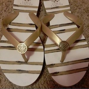 VINCE CAMUTO Womens White Gold Flip-Flops  Size 9